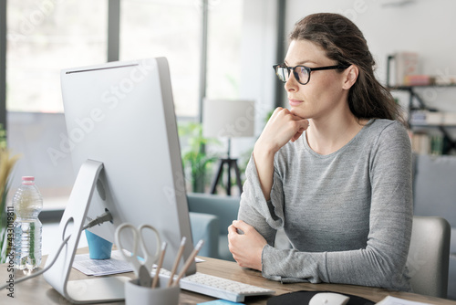 Foto Professional woman working from home
