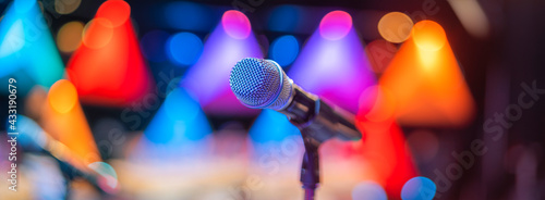 Foto microphone on stage
