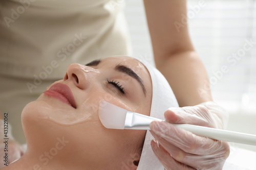 Tableau sur Toile Young woman during face peeling procedure in salon