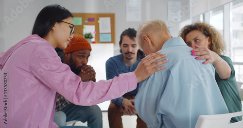 Foto Diverse people supporting senior crying woman at therapy session