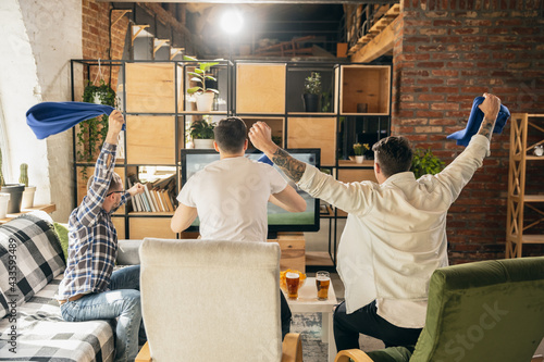 Canvas Print Group of friends watching sport match together