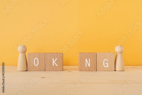 Fototapeta OK、NG 「OK NG」と書かれた積み木と人型のオブジェ