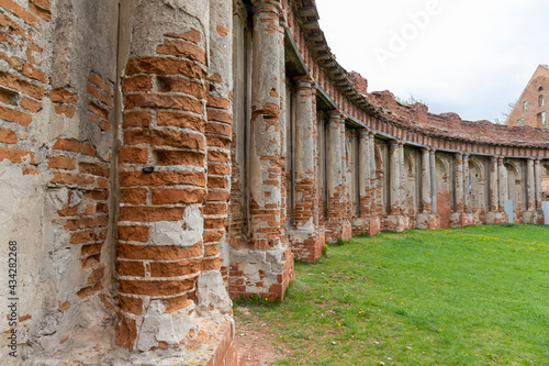 Fotomural Ancient ruined palace complex with colonnades