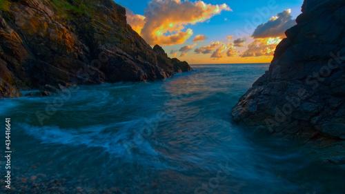 Canvastavla Entre deux falaises, mer au lever du soleil proche de la plage Bonaparte dans le