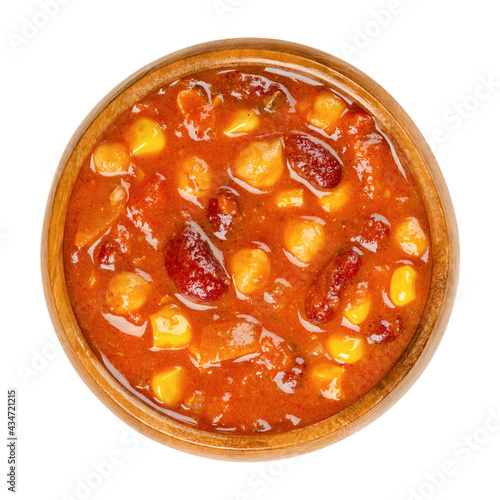 Foto Vegetarian chili in a wooden bowl