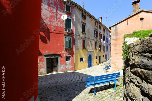 Różnokolorowe średniowieczne budynki nad morzem śródziemnym. Wakacyjne widoki.