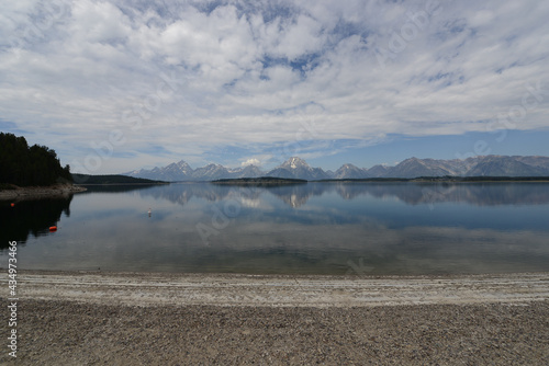 Photo Scenic view of a lake with mountains in the background and lake reflections in G