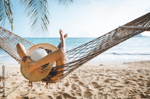Fotografia Traveler asian woman relax in hammock on summer beach Thailand