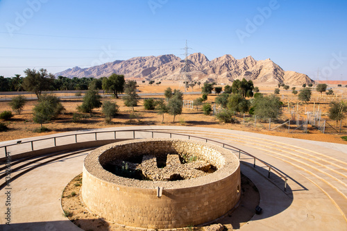 Foto Mleiha Bronze Age Umm An Nar Tomb at Mleiha Archaeological Centre, with Al Faya Mountains in the background, Sharjah, United Arab Emirates