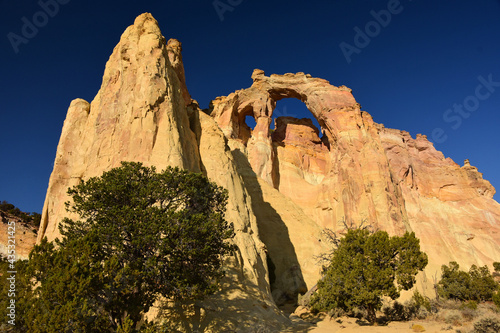Obraz na plátne the towering double sandstone grosvenor arch along cottonwood canyon road  in  g