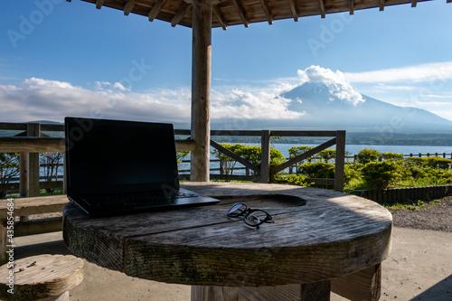Carta da parati 富士山の見える湖畔でのテレワーク(ワーケーション) イメージ remote working at the foot of mount Fuji