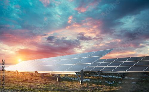Obraz na płótnie Power plant using renewable solar energy with sun