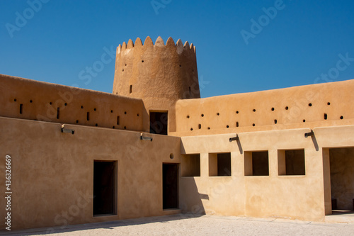 Foto Interior corner of Al Zubarah Fort with circular tower and two levels of solider