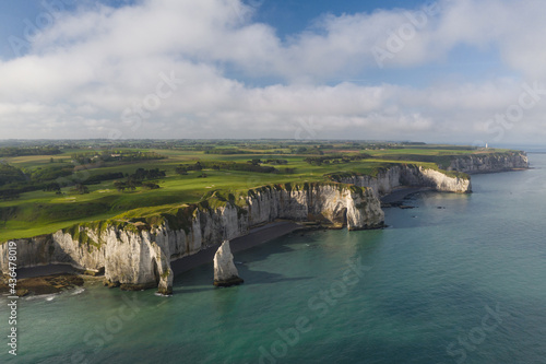 Vue aérienne large de la Côte d'Albâtre et des célèbres falaises d'Etretat, en Normandie, en France Fototapet