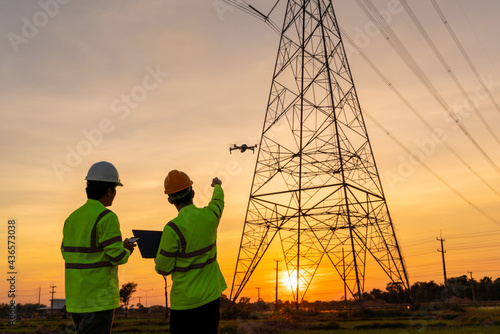 Photographie Team work of Engineers location help Technician use drone to flying inspect equi