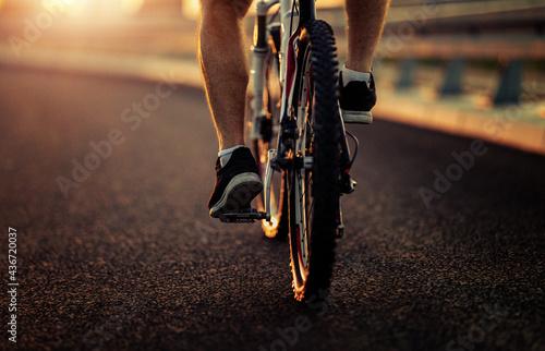 Mountain biker riding on bike in the city Fototapeta