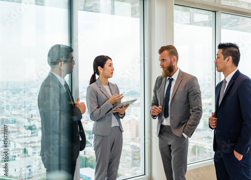 Murais de parede Business people talking and discussing corporate plans