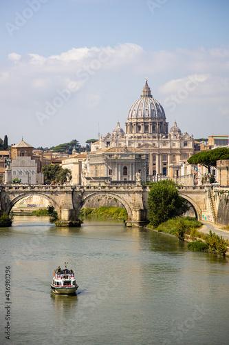 Slika na platnu St Peters basilica on the River Tiber in Rome, Italy