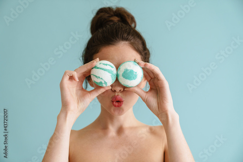 Leinwand Poster Half-naked brunette woman making with bath bombs