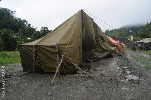 Fotografia military tents or tents for refugees whose conditions were damaged by the wind