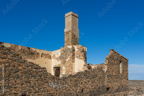 Fotografiet The ruins of the stone walls and chimney of a settlers homestead along the Oodnadatta track in outback South Australia