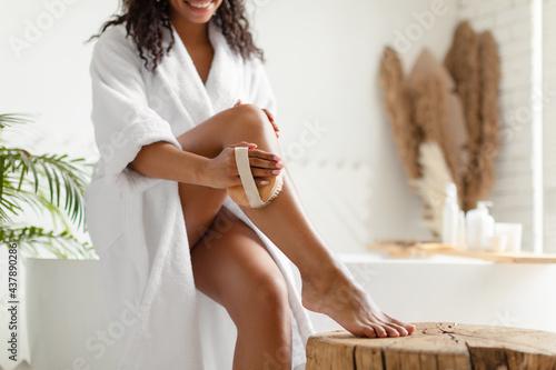 Unrecognizable Black Woman Dry Brushing Legs Sitting On Bathtub Indoor Fototapet