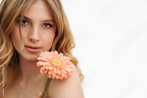 Half-naked ginger woman posing with gerbera flower Fototapet