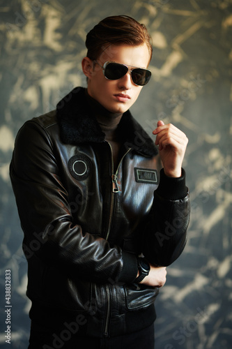 Fotografia pilot in leather jacket