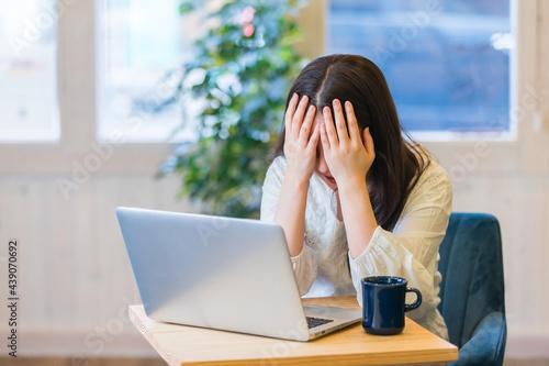 Canvastavla パソコンの前でショックを受ける女性