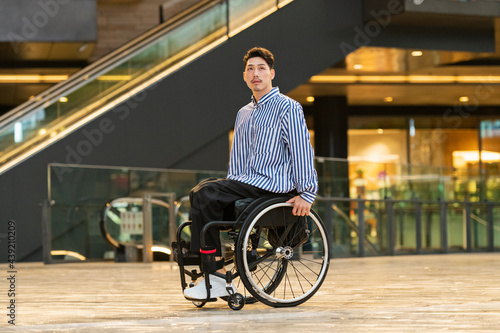 Cuadros en Lienzo 車椅子で出かける男性