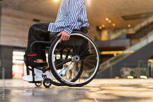 車椅子で出かける男性 Fototapet