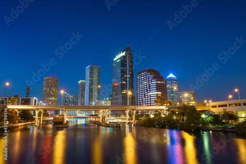 Photo Tampa skyline at night with Hillsborough river in the foreground