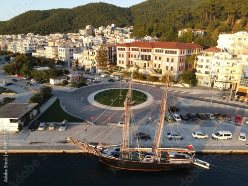 Fotografía Aerial View Old Wooden Antique Pirate Ship With British, United kingdom Of Great Britain And Northern Ireland Flag In Port Of Igoumenitsa