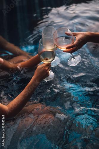Murais de parede Women with wine glasses in hot tub