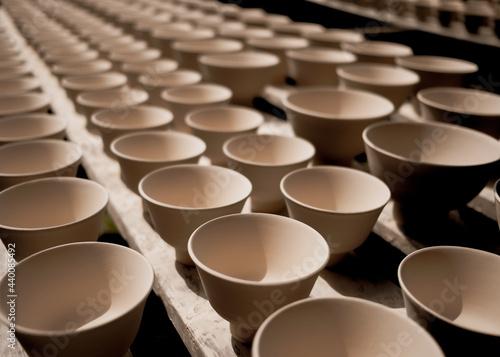 Fotografia High angle shot of production line of ceramic cups