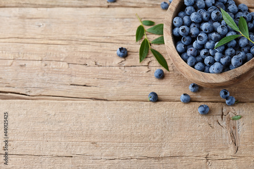 Foto Fresh blueberries in wooden bowl