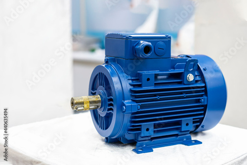 Canvas-taulu Close up new electric 3 phase induction motor for industrial on table