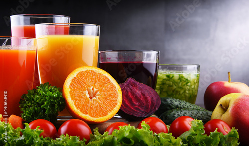 Fotografia Glasses with fresh organic vegetable and fruit juices