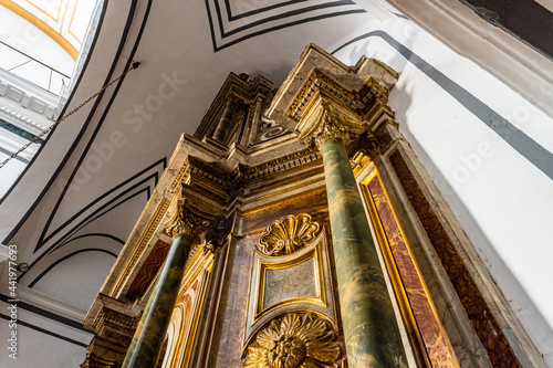 Foto Perspective view of the altarpiece of a church.