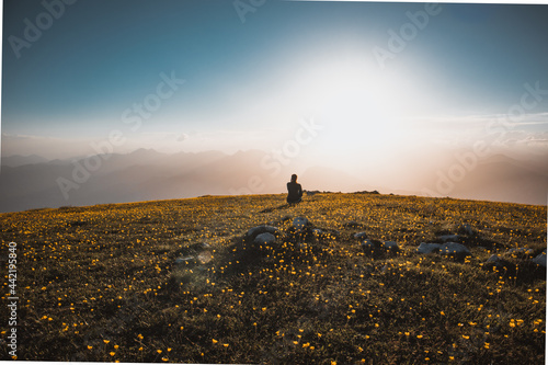 Tramonto monte altissimo lago di garda sul tramonto con persone Fotobehang