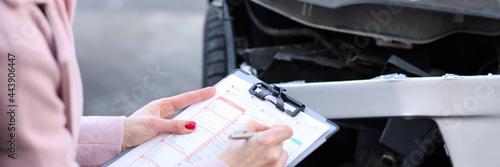 Fotografie, Obraz An insurance agent describes damage to motor vehicle