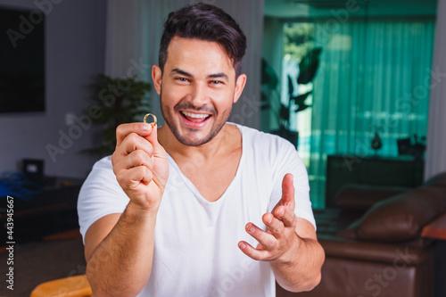 Fotografie, Obraz Man holding wedding ring in hand