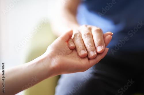 介護士と高齢者の手元 Fototapet