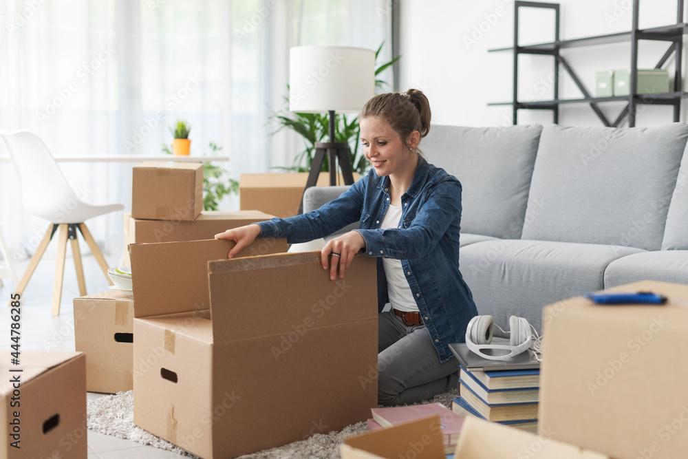 Leinwandbild Motiv - StockPhotoPro : Woman unpacking in her new apartment