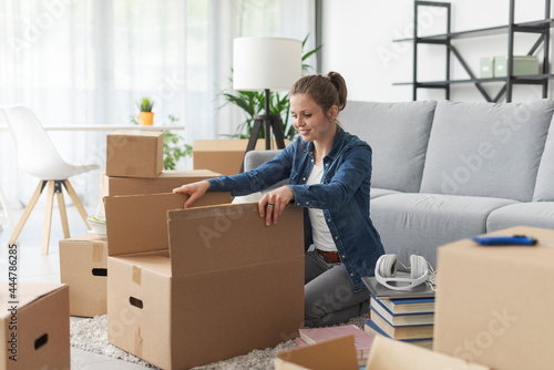 Obraz na plátně Woman unpacking in her new apartment