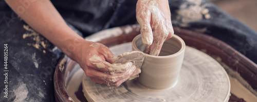 Valokuva Close up female hands make dishes from clay