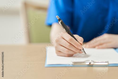 Obraz na plátně 書類に記入する介護士の手元