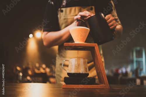 Foto barista brewing a coffee filter drip in the morning, beverage drink with fresh b