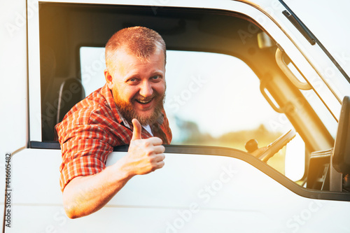 Fotografia Driver sits in the car and shows that everything is fine