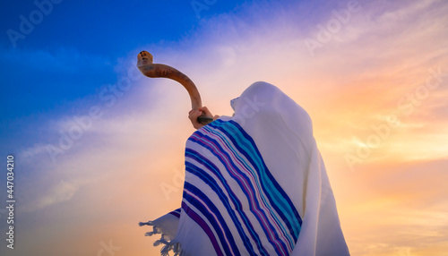 Fotografia Blowing the shofar for the Feast of Trumpets - Jewish man in a traditional talli